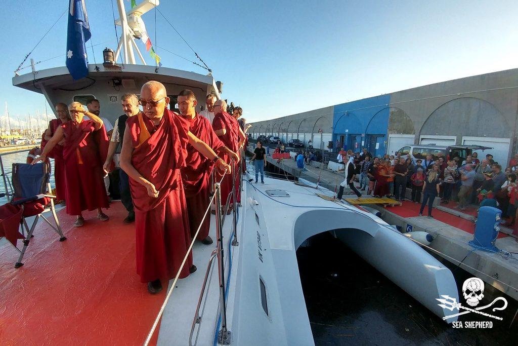 Lama Zopa Rinpoche e monaci tibetano sulla nave di Sea Sheperd