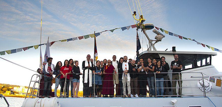 Lama Zopa Rinpoche con Angelo Vaira e l'equipaggio di Sea Sheperd