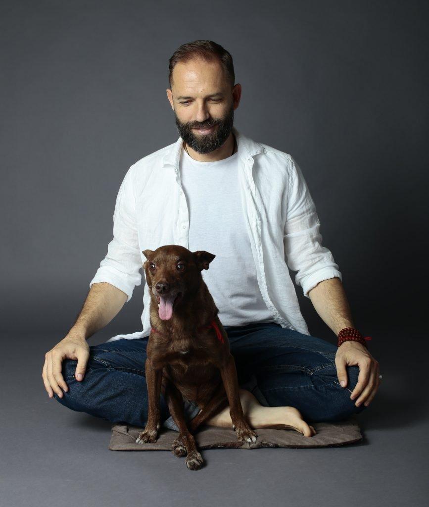 Mindfulness e Cani - Angelo Vaira in meditazione col cane